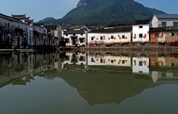 Ancient towns in east China's Zhejiang attract visitors during National Day holiday