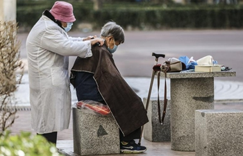 Voluntary barber provides haircut service for residents in Beijing