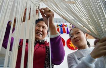 Knotting technique inheritor gives lessons to pass on craftsmanship in China's Hebei