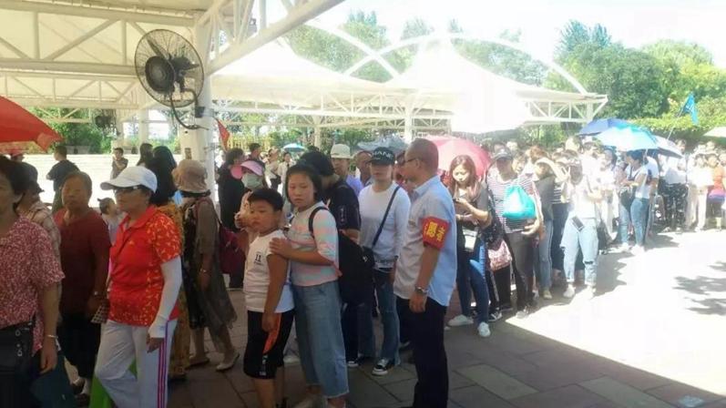 党员志愿者成为安新县旅游文明服务的一道靓景