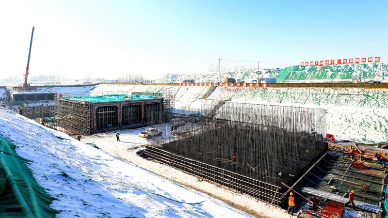 数九寒天,雄安重点项目建设工地依旧热火朝天