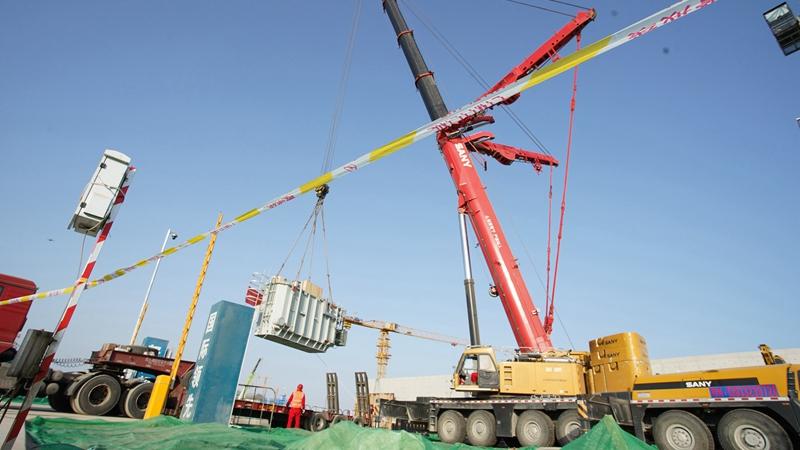 雄安新区河西110千伏变电站完成主变吊装工作