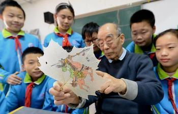 Students learn to make leaf vein picture in N China's Hebei